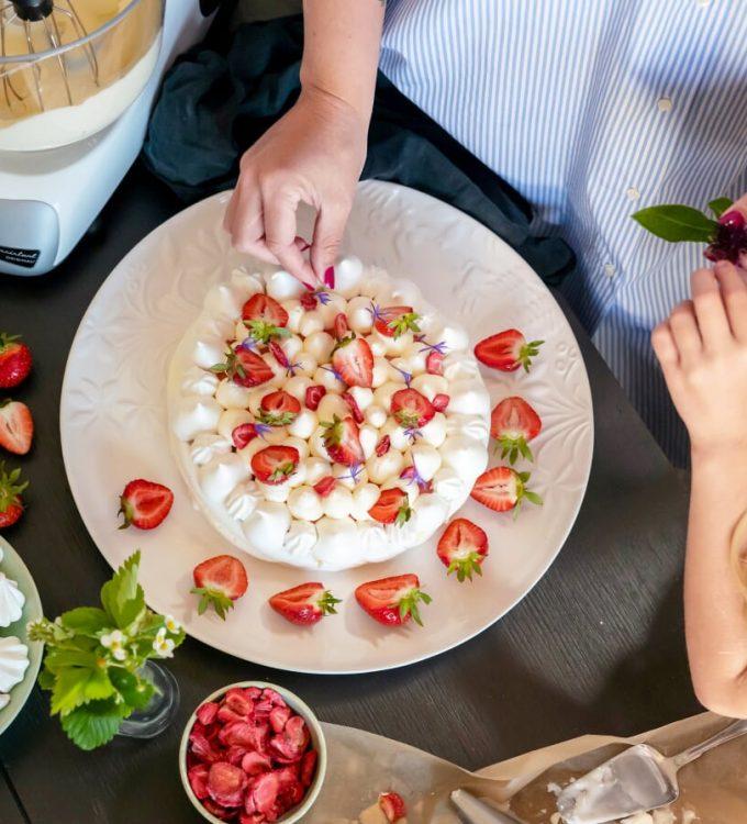 Pavlova med jordgubbscurd